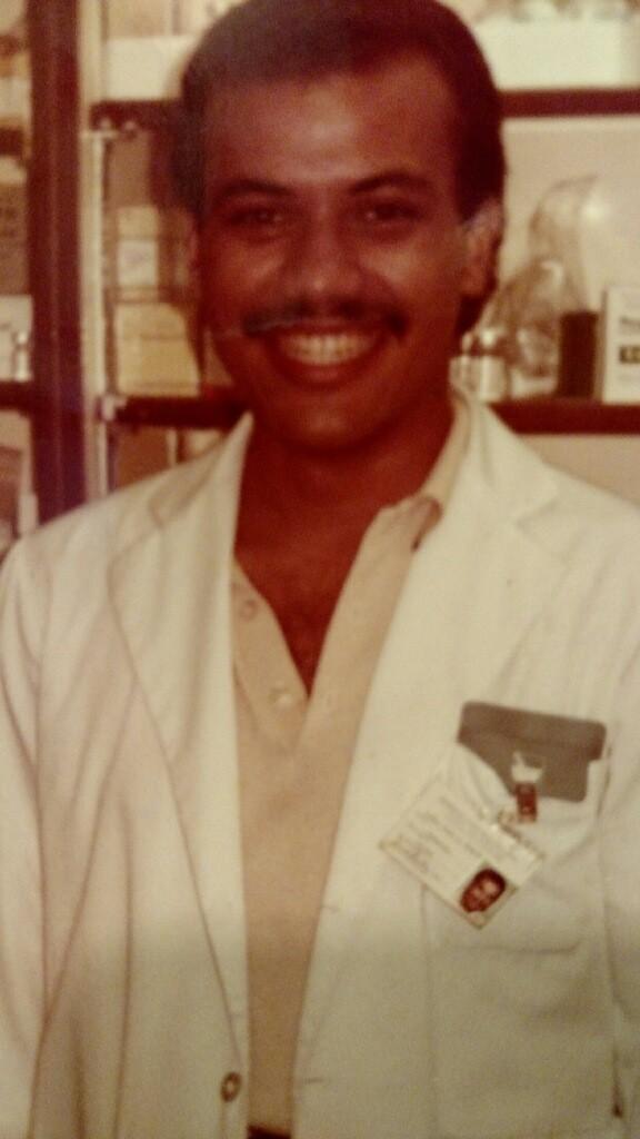 P. Juan Luis Negrón como farmacéutico ( usar)