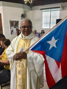 P. Edgardo Acosta Ocasio en el desfile Parroquia El Salvador Hormigueros con gran entusiasmo, ¡con la bandera en mano! (19 noviembre 2017)